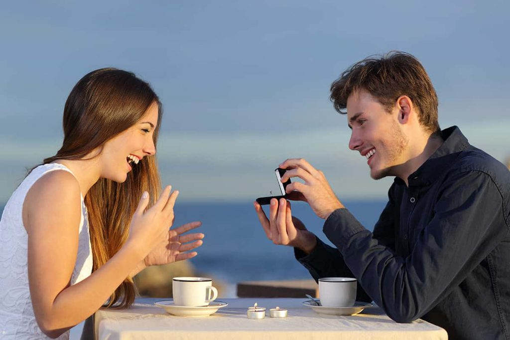婚約指輪を見せてプロポーズ