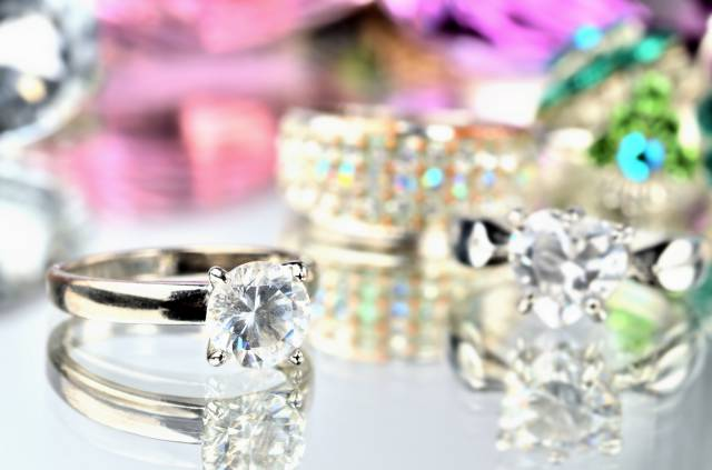 ダイヤモンド類似石としてよく使用されるルチルやホワイトサファイアのリング